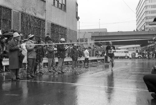 復路10区銀座・読売新聞社横 小雪の中、区間1位の好走で復路優勝ゴールテープを切る日体大アンカー岩淵仁(3年)、総合でも2位順天堂大に23秒差で大逆転、初優勝からの3連覇を達成=1971年1月3日