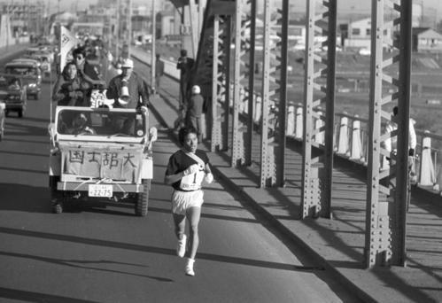 往路1区 六郷橋で抜け出した国士舘大・古賀丈雄(1年、区間1位)=1971年1月2日