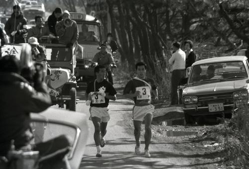 往路3区 トップでタスキをもらった国士舘大・猪俣善典(左=1年)だったが、日大・吉武鉄翁(右=4年)にとらえられる=1971年1月2日