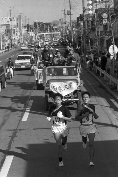 往路4区 粘る国士舘大・今野幸昭(左=2年、区間1位)は、日大・小田定則(右=2年)をとらえ激しいトップ争い