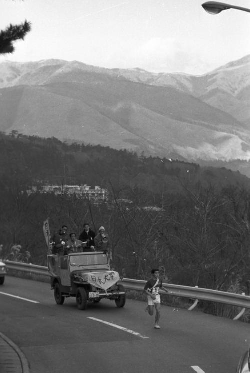 往路5区 快調に山登りをする日大・佐藤進(3年、1時間13分08秒の区間新)=1971年1月2日