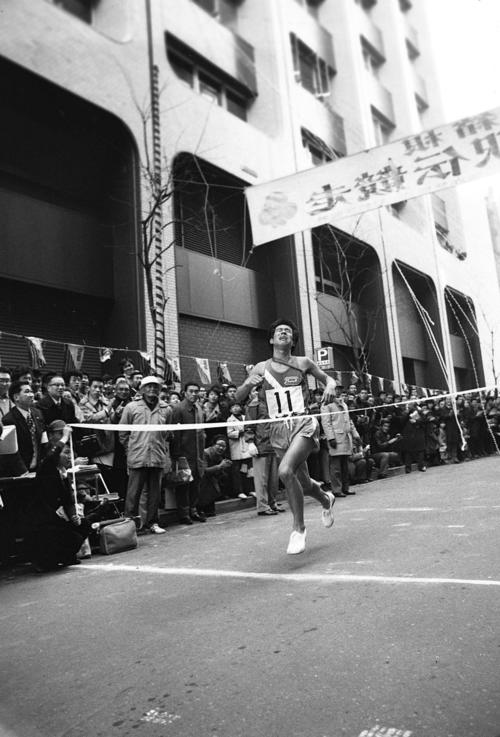 復路10区読売新聞社前 創部8年目で初の総合優勝のゴールテープを切る大東大アンカー竹内譲二(4年、区間新1時間6分55秒)、大東大は往路、復路も制し11時間26分10秒の新記録で完全優勝=1975年1月3日