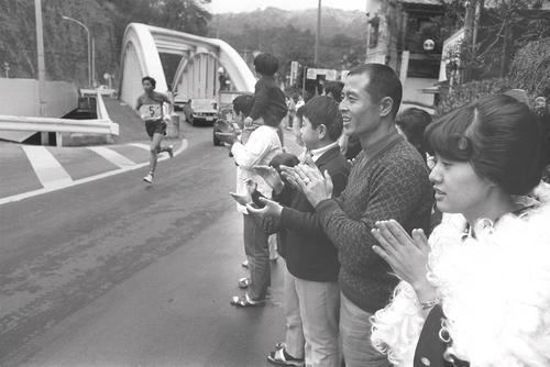 正月を箱根で迎えた王貞治は箱根駅伝の応援をする=1975年1月2日