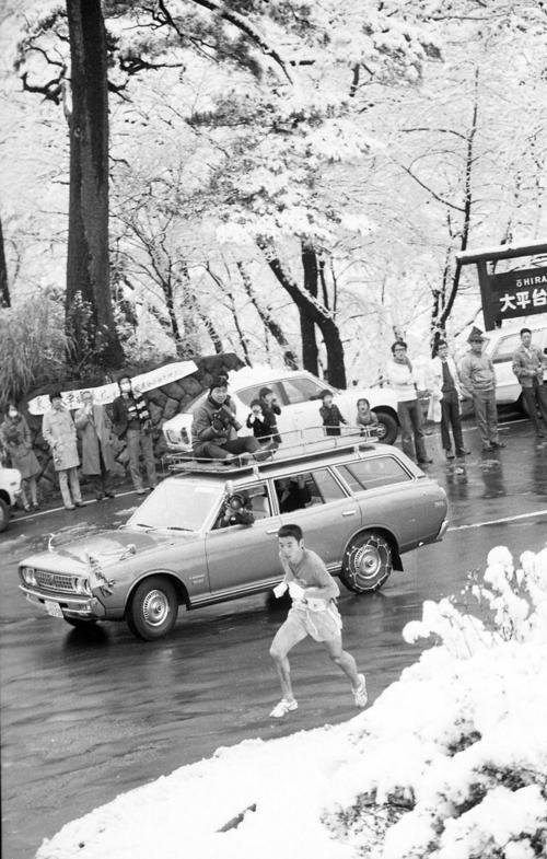 往路5区 雪の箱根路をトップで快走する大東大・大久保初男(2年、区間新1時間12分02秒)=1975年1月2日
