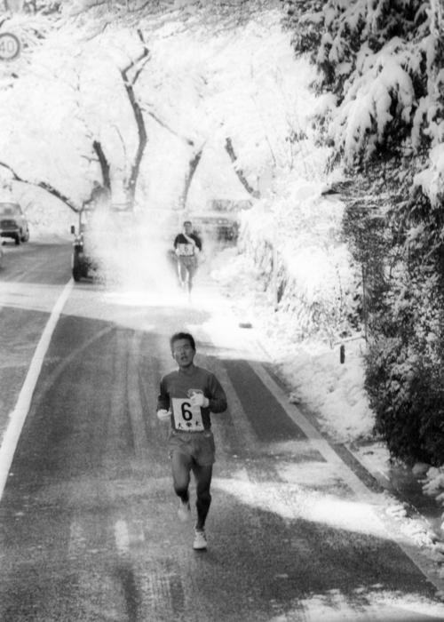 復路6区 転げるように山を下る大東大・金田五郎(3年)は、59分56秒の区間新で復路も先行る=1975年1月3日