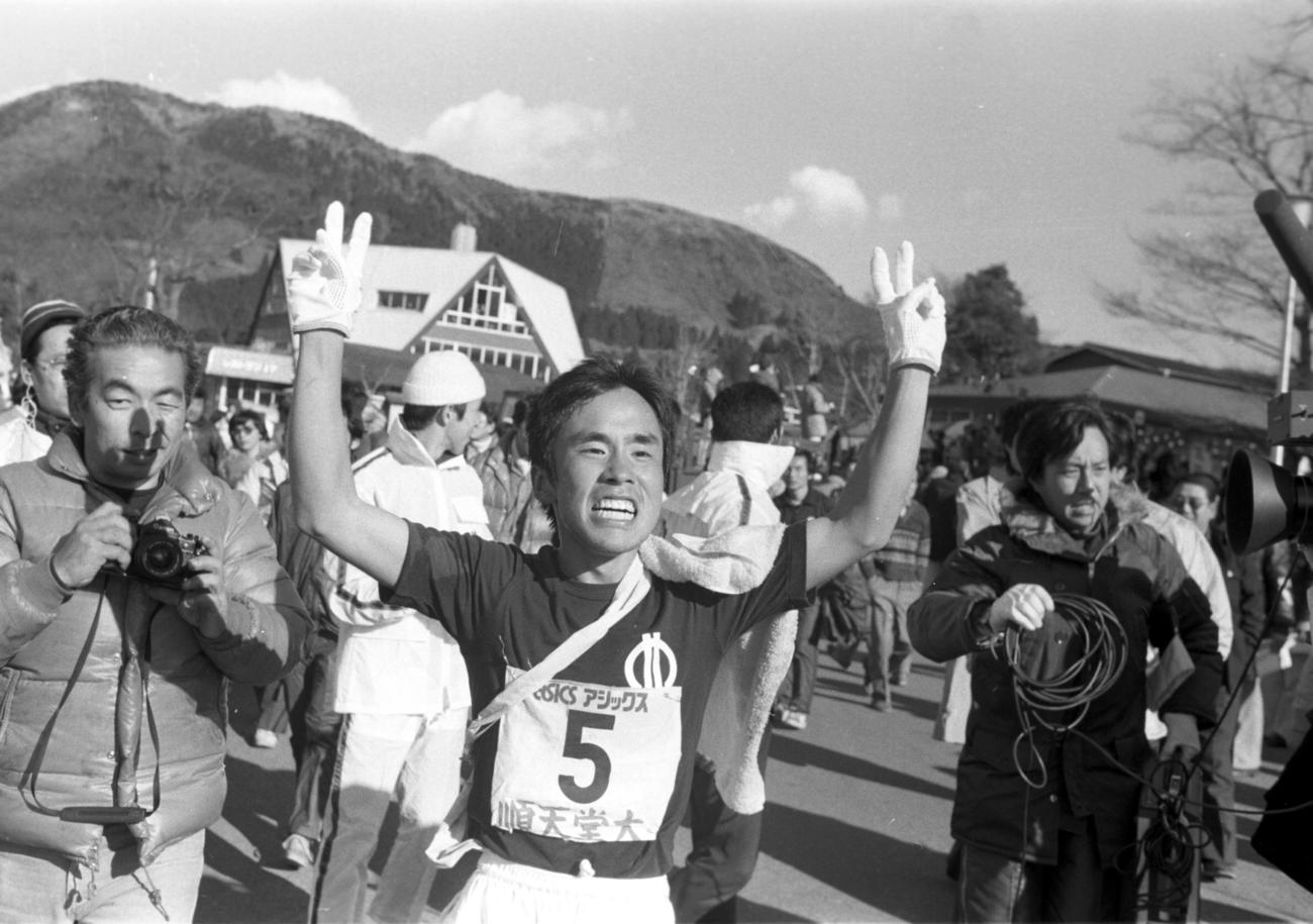往路5区 往路優勝でゴールした順天堂大・上田誠仁(2年、区間1位)は笑顔でVサイン  =1979年1月2日