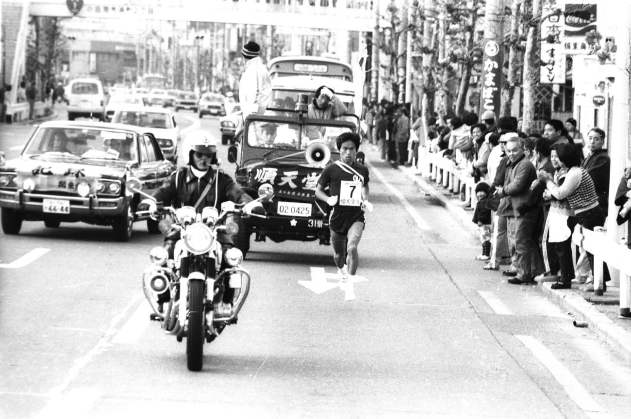 復路7区 トップを堅持する順天堂大・寒川正悟(3年、区間4位)=1979年1月3日