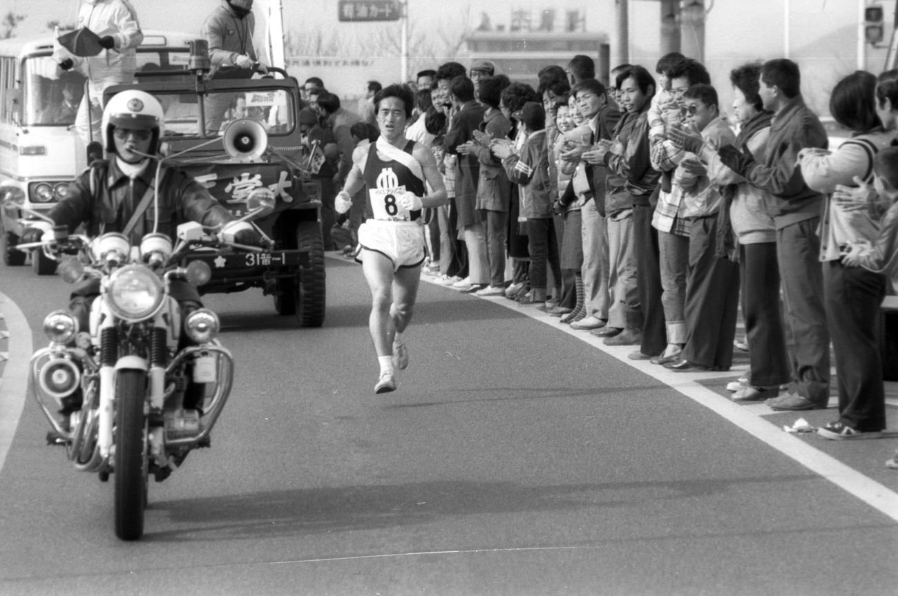復路8区 トップを死守する順天堂大・木下亨(4年、区間3位)=1979年1月3日