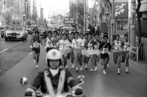 往路1区 各校一団となって混戦状態で進む=1979年1月2日