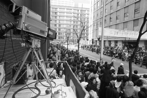復路10区読売新聞社前 生中継するテレビカメラ。東京12チャンネル(現テレビ東京)が13:25~14:10の時間帯で、初めて箱根駅伝復路ゴールの模様をテレビ生中継  ※87年から日本テレビ=1979年1月3日
