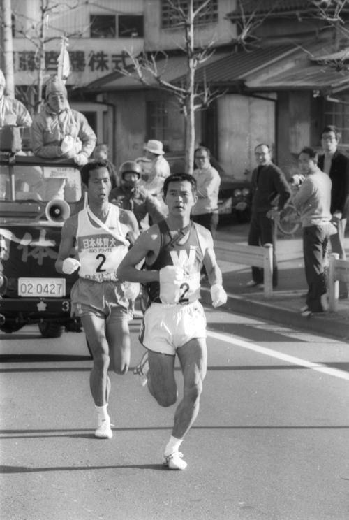 往路2区 トップに24秒差の3位でタスキを受けた早大・瀬古利彦(右=3年、区間新1時間12分18秒)は2.9キロで日体大・中村孝生(左=3年、区間2位)に並び、5.4キロでスパートしトップに躍り出る=1979年1月2日