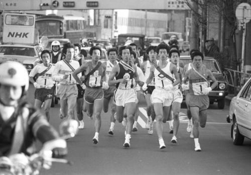 往路1区 各校一団となって混戦状態で第一京浜を進む=1980年1月2日