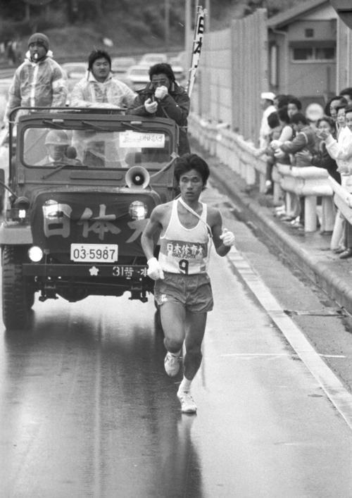 復路9区 3分18秒と差を広げタスキをもらい足取りも軽い日体大・坂本亘(4年、区間1位、双子の兄弟の兄)=1980年1月3日