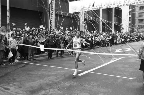 復路10区読売新聞社前 11時間23分51秒で2年ぶり8度目の優勝ゴールに飛び込む日体大アンカー坂本充(4年、区間1位、双子の兄弟の弟)、日体大は往路、復路も合わせ完全優勝=1980年1月3日