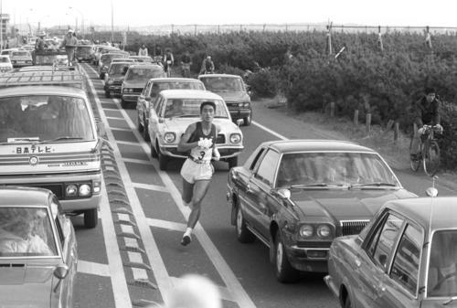 往路3区 国道134号は車が渋滞し、トップの早大・金井豊(1年、区間2位)はジグザグ走行=1980年1月2日