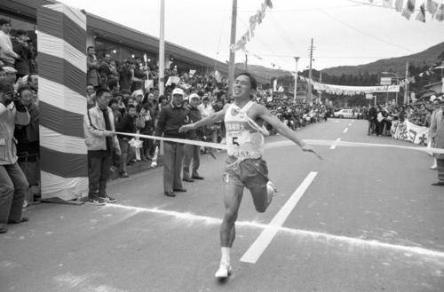 往路5区芦ノ湖駐車場 6キロ地点で早大を逆転した日体大・出口彰(4年、区間5位)は、そのまま5時間45分58秒で往路優勝のゴール=1980年1月2日