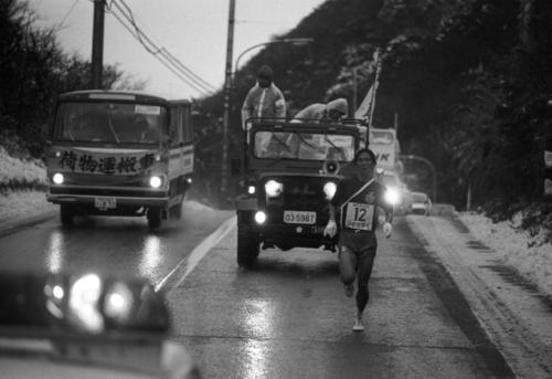 復路6区 ライトつけて走る伴走車からの激励を受けながら力走するトップの日体大・田中春行(3年、区間5位)=1980年1月3日
