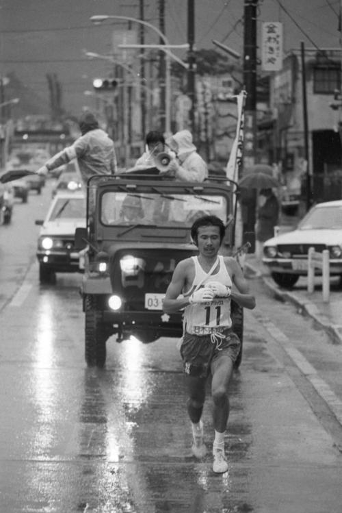 復路7区 トップでタスキを受けた日体大・尾崎健吾(3年、区間4位)=1980年1月3日