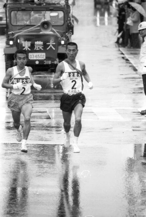 往路2区 中継所でトップに22秒差でタスキをもらった筑波大・高野喜宏(左=4年、区間4位)は、東京農大・長島浩(右=4年、区間7位)をとらえ、首位を並走=1981年1月2日