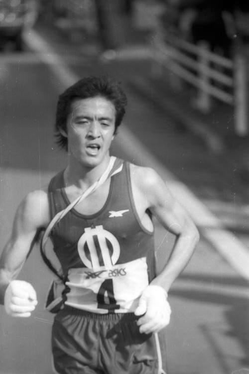 往路4区 3位からトップに躍り出て力走する順天堂大・中島修三(2年、区間1位)=1981年1月2日