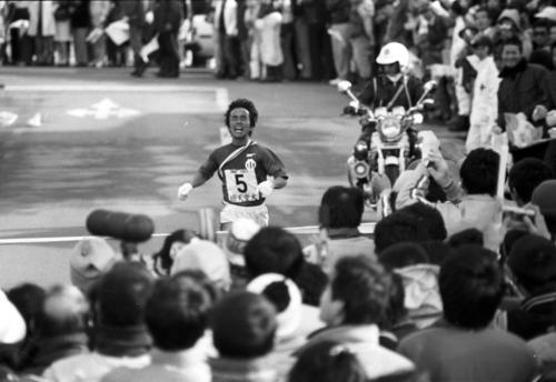往路 大勢の観客が見守る中、往路優勝でゴールする順大・上田誠仁=1981年1月2日
