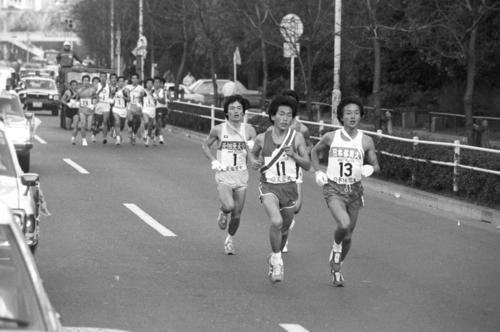 往路1区 先頭集団を形成する右から日体大・植松誠(2年、区間2位)、順天堂大・吉田富男(4年、区間1位)、亜大・渡辺安弘(4年、区間7位)ら4校=1982年1月2日