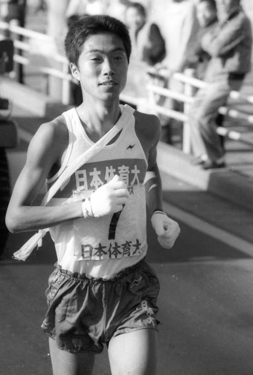 復路7区 首位を行く日体大・有坂精児(3年、区間4位)=1982年1月3日