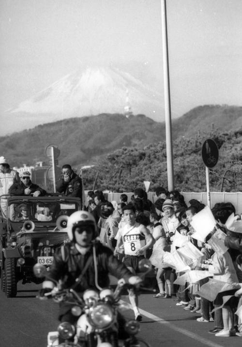 復路8区 富士山をバックに首位を力走する日体大・藤井修(3年、区間1位)=1982年1月3日