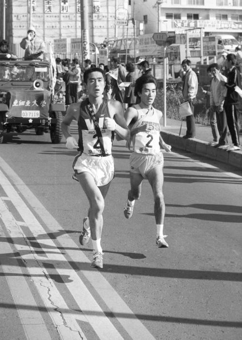 往路2区 早大・金井豊(左=3年、区間2位)は6人抜きで8位へ、右は亜大・照井勝弘(4年、区間10位)=1982年1月2日