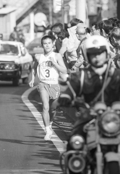 往路3区 トップでタスキをもらった日体大・中田盛之(1年)は、区間2位の力走で首位を死守=1982年1月2日