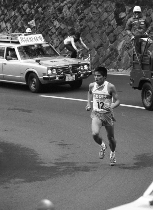 往路5区 8秒差トップでタスキをもらった日体大・岡俊博(3年、区間1位)は、首位を守り山登り=1982年1月2日