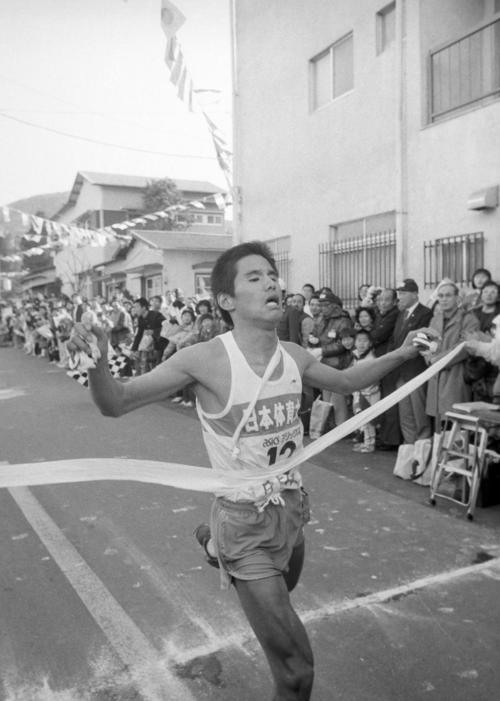 往路5区芦ノ湖駐車場 2位順天堂大に26秒差の5時間45分49秒で往路優勝のテープを切る日体大・岡俊博(3年、区間1位)=1982年1月2日