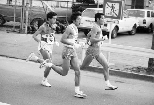 往路2区 鶴見中継所トップの東洋大・田中弘(左=4年、区間8位)に1分3秒差の日体大・大塚正美(中央=4年、区間新1時間7分34秒)、1分26秒差の大東大・米重修一(右=3年、区間2位)が7キロ地点で追いつき並走=1983年1月2日