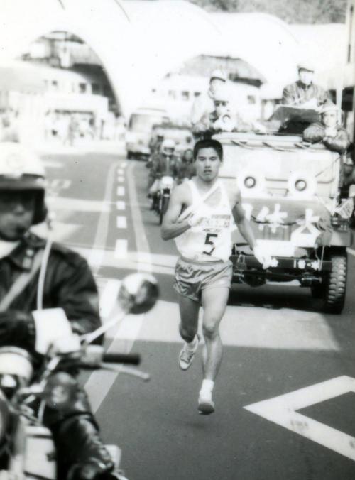往路5区 小田原中継所で4分18秒差トップの日体大・岡俊博(4年、区間新1時間11分44秒)は、山登りのベテランらしく力強い足取りでグングン飛ばす=1983年1月2日