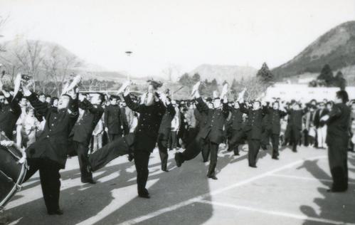 復路6区芦ノ湖駐車場 大根を持って「青山ほとり」(大根踊り)を披露する東京農大応援団=1983年1月3日