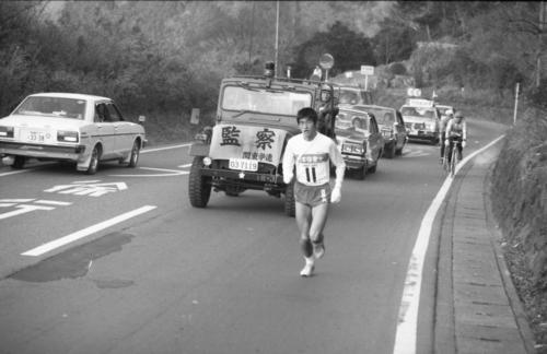 復路6区 6分39秒の貯金を持って復路をスタートした日体大・谷口浩美(4年)は、昨年自ら作った区間新を17秒短縮する57分47秒で2位早大との差を11分31秒に広げ優勝を決定的にした=1983年1月3日