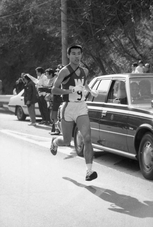 復路9区 2位を快走する早大・坂口泰(3年、区間新1時間9分53秒)=1983年1月3日
