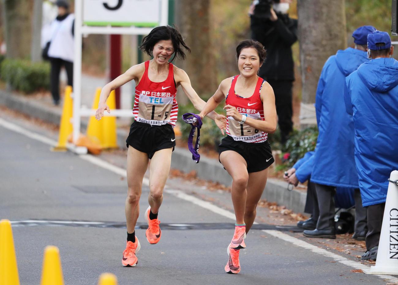 日本郵政5区鈴木亜由子(左)は6区大西ひかり(右)にトップでたすきをつなぐ(代表撮影)
