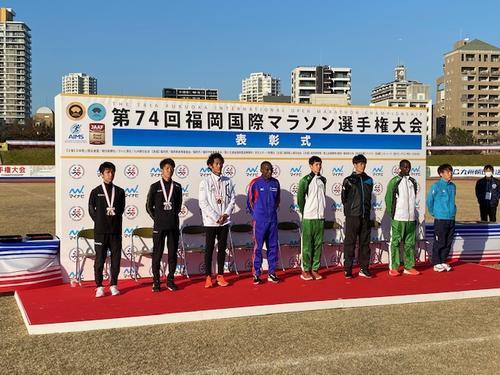 表彰式を終えあいさつをする選手。左は1位吉田祐也
