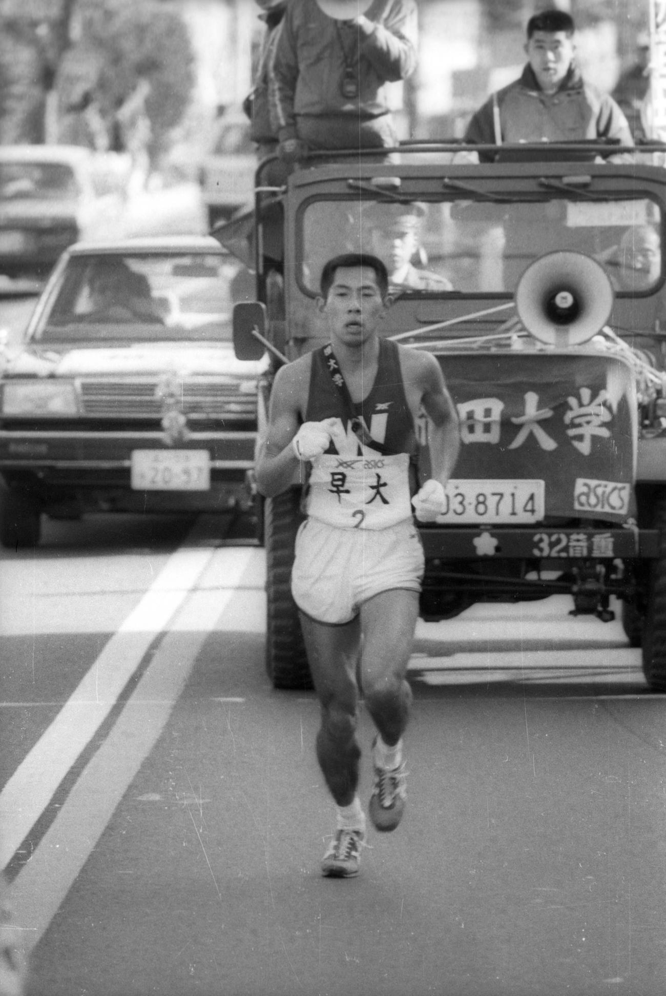 往路2区 3位でタスキをもらった早大・遠藤司(4年、区間2位)は、9秒差の東海大をあっという間に抜き、10キロを過ぎて日体大もかわしトップに躍り出る=1985年1月2日