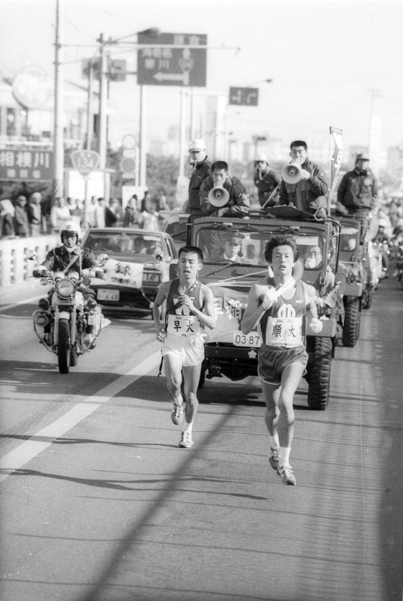 往路3区 順天堂大・岩佐吉章(右=3年、区間1位)にトップを譲った早大・坂内敦(左=1年、区間5位)だが、必死食らいつき最小限の36秒差にとどめる=1985年1月2日