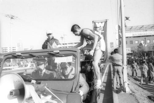 往路3区戸塚中継所 2位に1分21秒差をつけトップでタスキを渡した早大・遠藤司(4年、区間2位)は、そのまま伴走車に飛び乗る。運転助手席は鈴木重晴監督(51歳)=1985年1月2日
