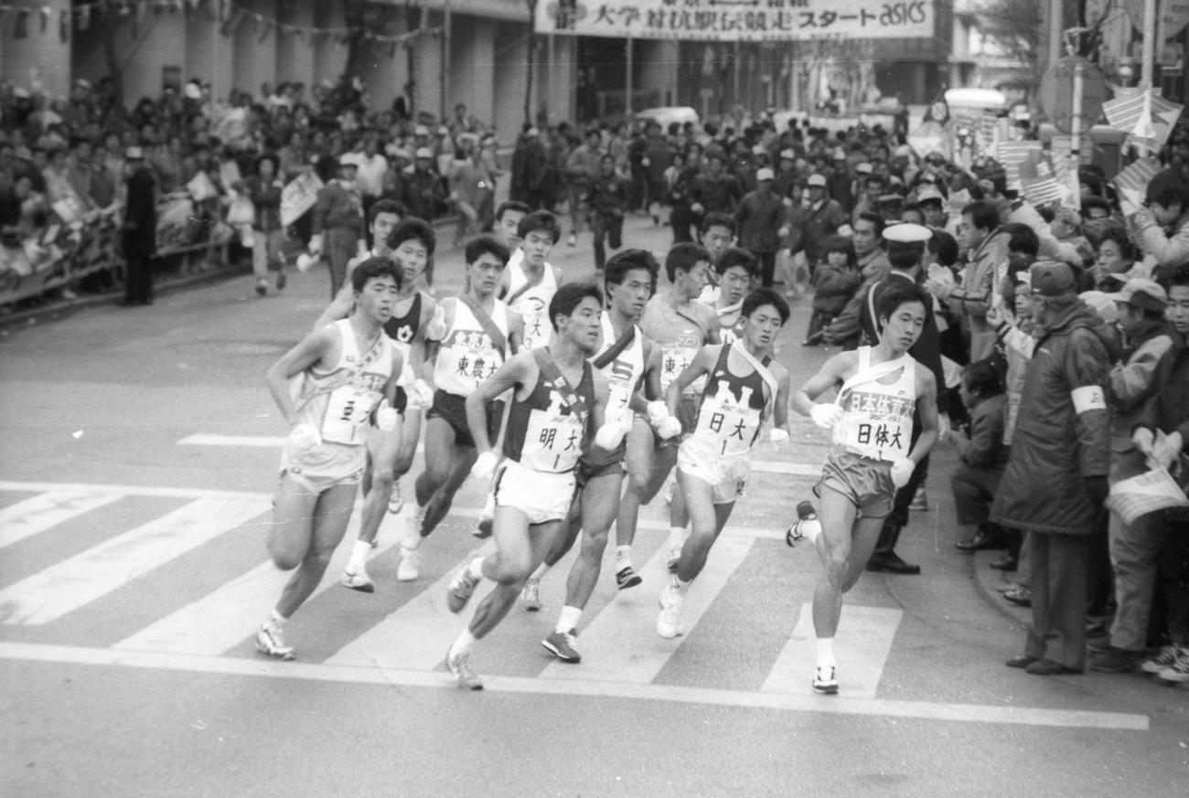 往路1区 午前8時、読売新聞社前を15校が一斉スタートし、日比谷通りへ=1986年1月2日