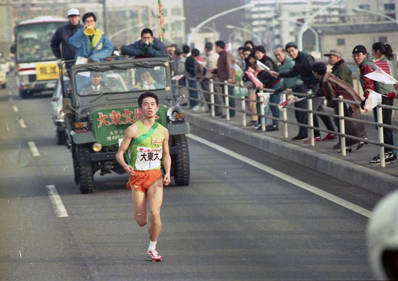往路1区 トップに出た大東大・実井謙二郎(1年、区間1位)=1988年1月2日