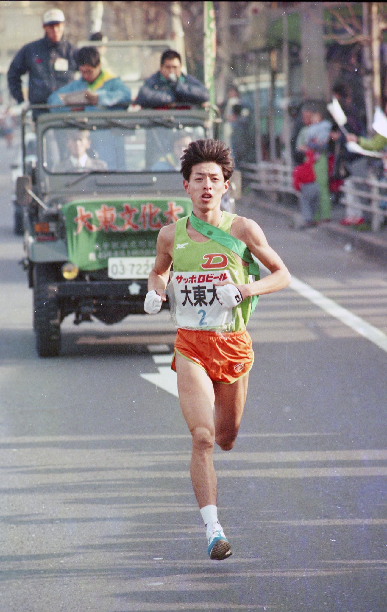 往路2区 トップでタスキをもらった大東大・只隈伸也(4年、区間6位)=1988年1月2日