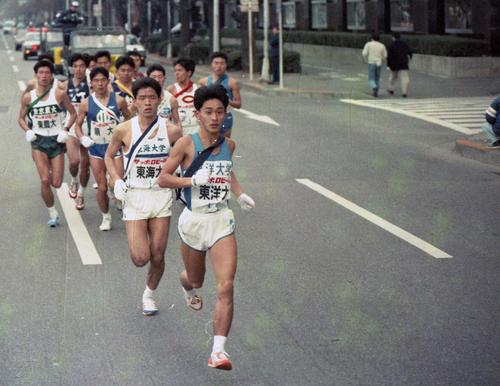 往路1区 東洋大・丸山恵一(2年、区間14位)を先頭に、日比谷通りを行く集団=1988年1月2日