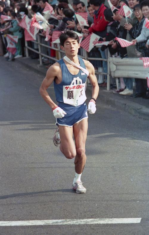 往路3区 2位大東大に1分37秒と差を広げた順天堂大・打越忠夫(4年、区間1位)=1988年1月2日