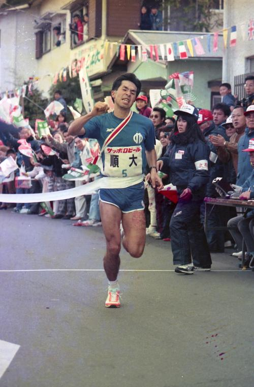 往路5区 2位大東大に6分9秒の大差をつけ往路優勝のテープを切る順天堂大・倉林俊彰(3年、区間2位)=1988年1月2日