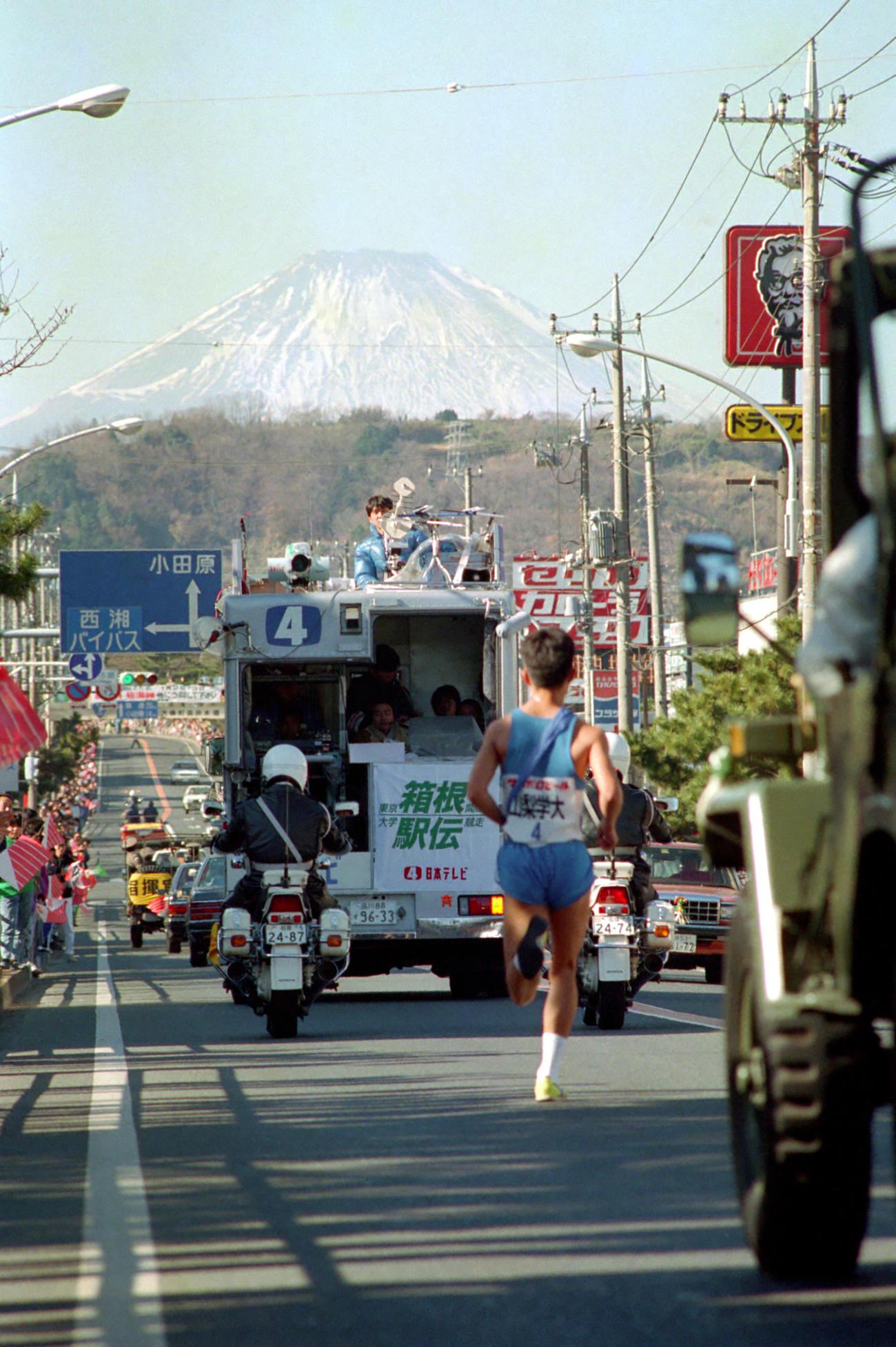 往路4区 富士山に向かってトップを走る山梨学院大・伊東宣明(4年、区間6位)=1989(平元)年1月2日