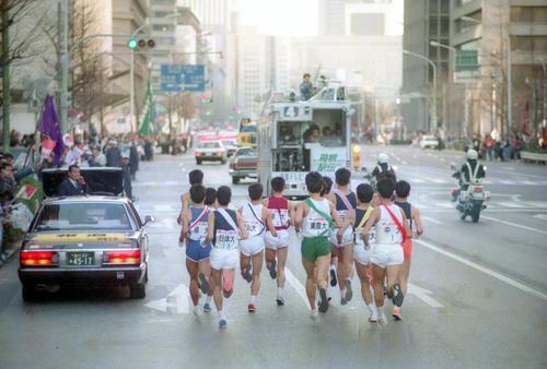 往路1区 日比谷通りを行く集団と日本テレビの中継車=1989年1月2日